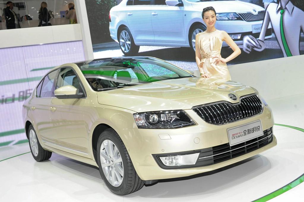 chinesisches Messegirl präsentiert den 2014 Skoda Octavia