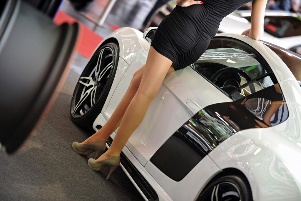 Tuning World Bodensee Audi R8 Messegirl im kurzen Rock