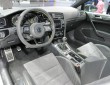 Lenkrad, Vordersitze und Mittelkonsole des VW Golf R 400