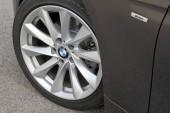 Die serienmäßigen Leichtmetallfelgen (16 Zoll) des BMW 320d.