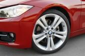 Serienmäßig rollt der 328i F30 auf 17-Zoll-Leichtmetallfelgen mit Reifen der Dimension 225/50 R17.