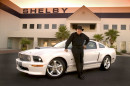 Carroll Shelby mit einem Ford Mustang Shelby GT (2007).