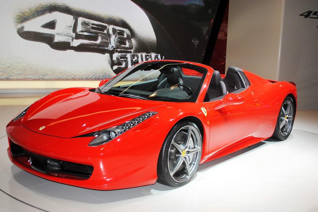 Roter Ferrari 458 auf einer Automobilmesse