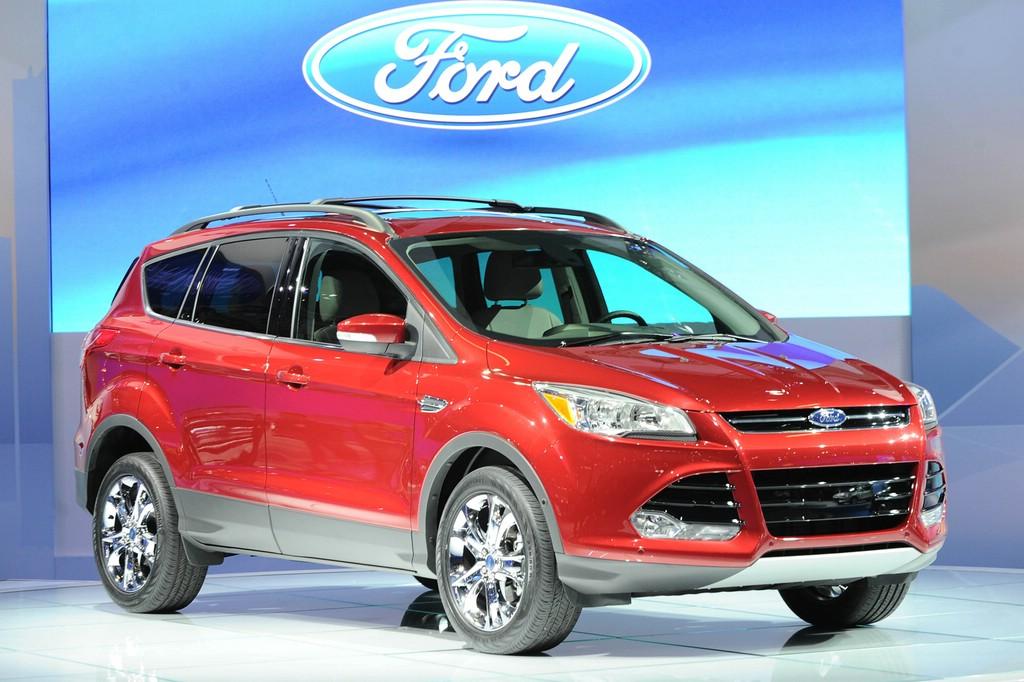 Roter Ford Escape auf einer Automesse