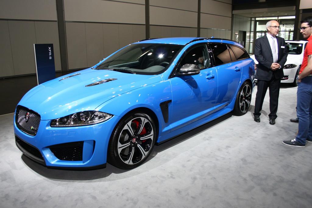Auf der AMI in Leipzig zeigt Jaguar sein neuen Sport-Kombi XFR-S Sportbrake in blau