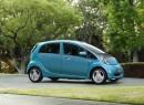 Mitsubishis Elektrofahrzeug EV in blau in der Seitenansicht