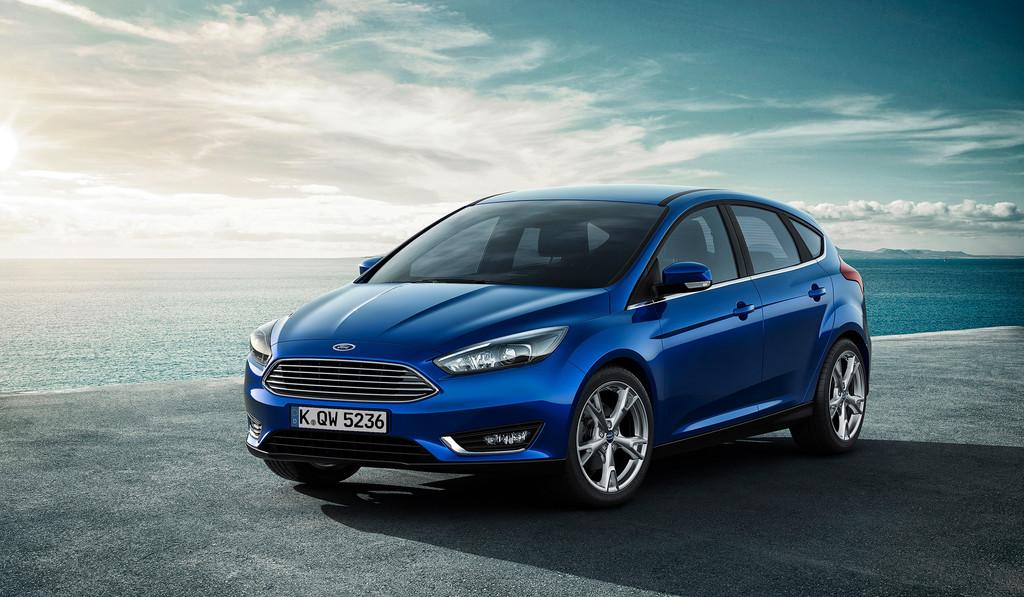 Neuer Ford Focus in blau am Meer