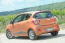 Die Heckpartie des Kleinstwagens Hyundai i10, Farbe orange