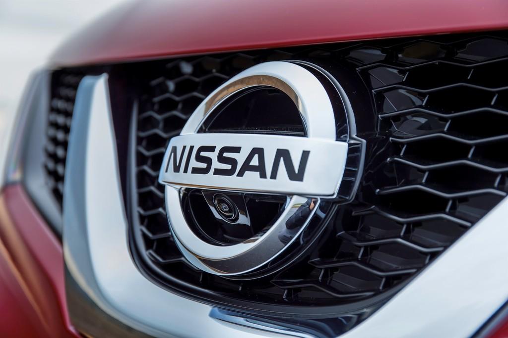 Der Kühlergrill eines Fahrzeugs aus dem Hause Nissan