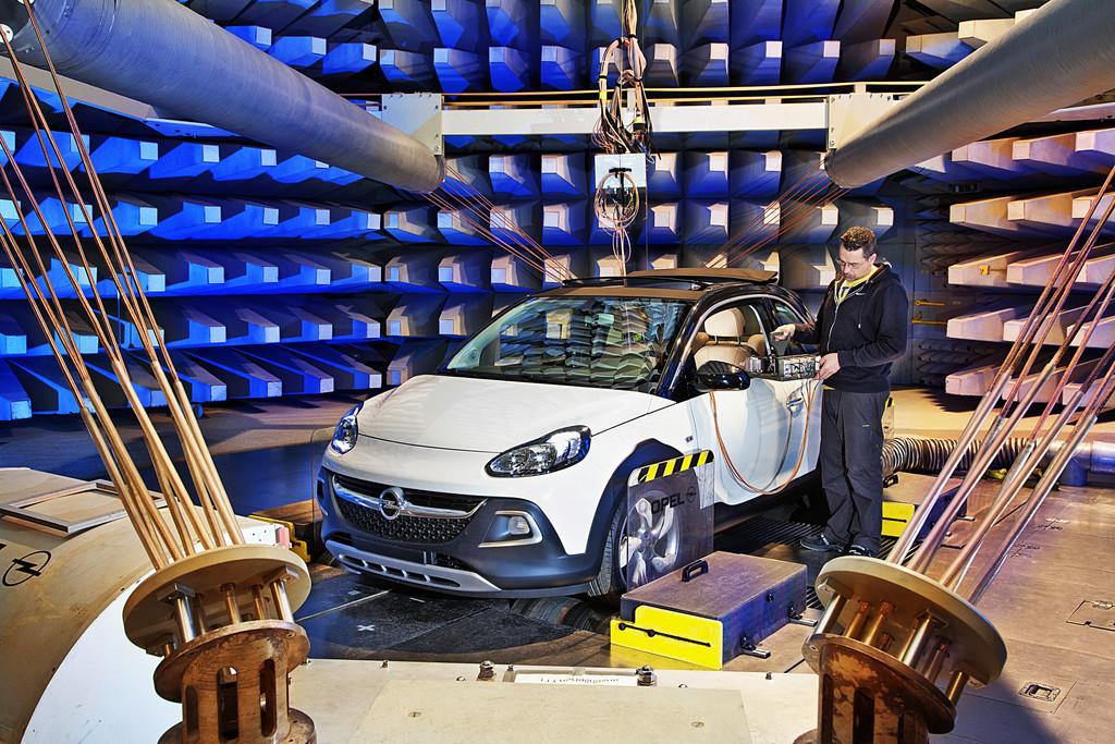 Der neue Opel Adam Rocks auf dem Elektroprüfstand EMV