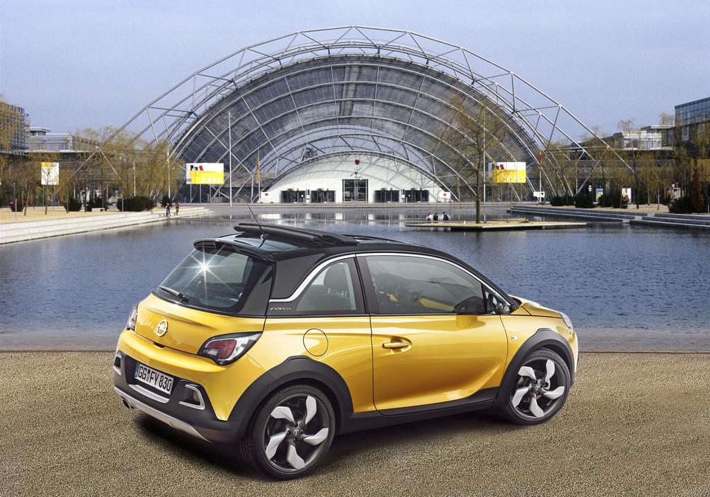 Der neue Opel Adam Rocks in gelb in der Heck- Seitenansicht