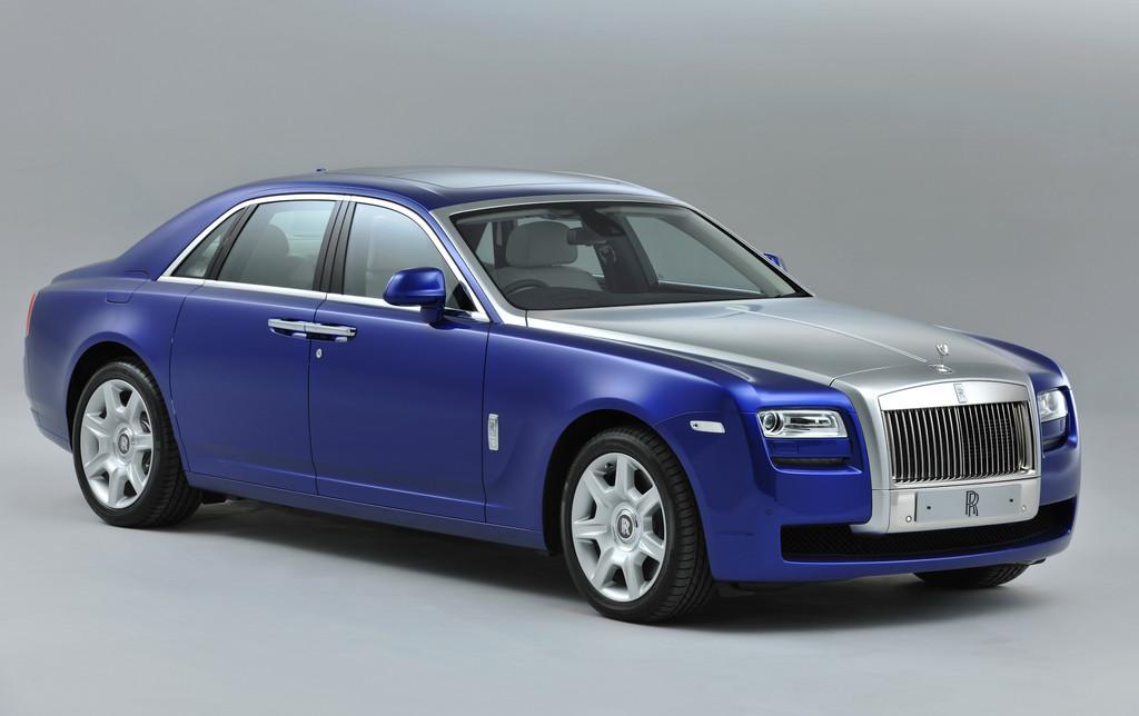 Das Oberklassefahrzeug Rolls-Royce Ghost in blau