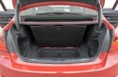 Zusätzliche Staufächer im Kofferraum der 328i Limousine.
