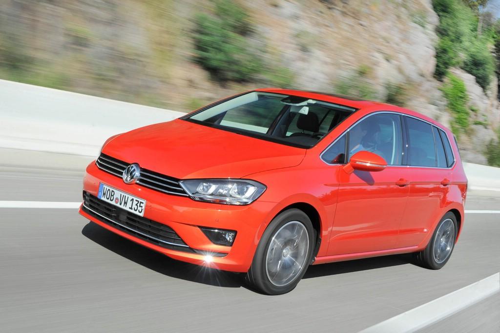 Fahraufnahme vom roten Golf Sportsvan des VW-Konzerns