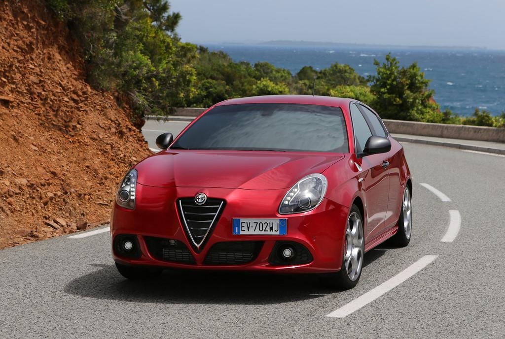 Roter Alfa Romeo Giulietta Quadrifoglio Verde in der Frontansicht