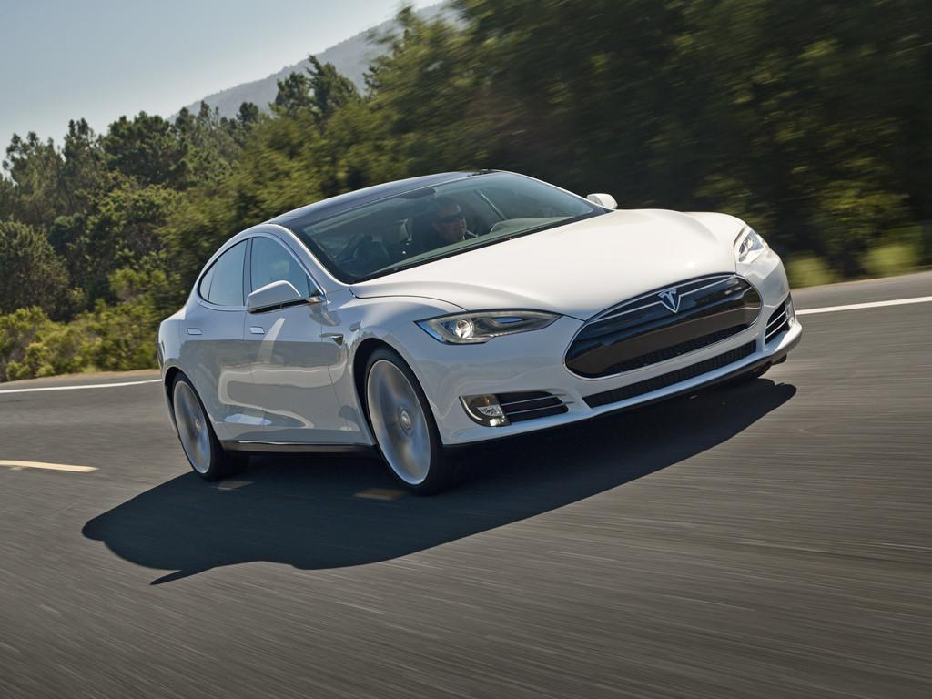 Der Tesla Model S rein elektrisch unterwegs