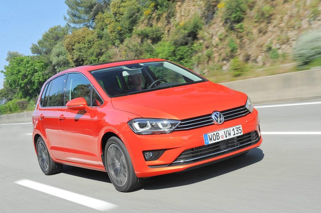 Roter Volkswagen Golf Sportsvan, Fotoaufnahme von der Fahrt