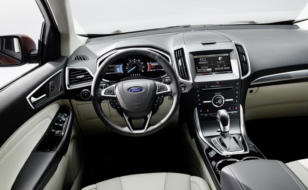Ford Edge Innenraum mit Ledersitzen und Farb Display