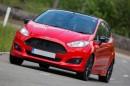 Roter Ford Fiesta Sport mit schwarzen Dach