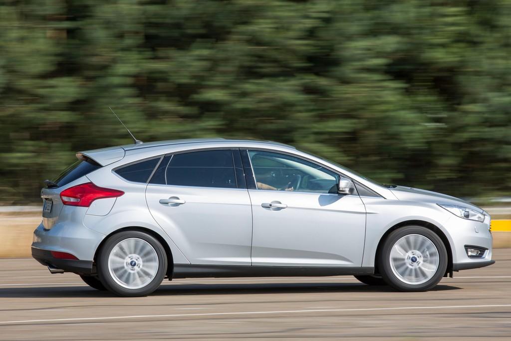 Der überarbeitete Ford Focus in silber in der Seitenansicht
