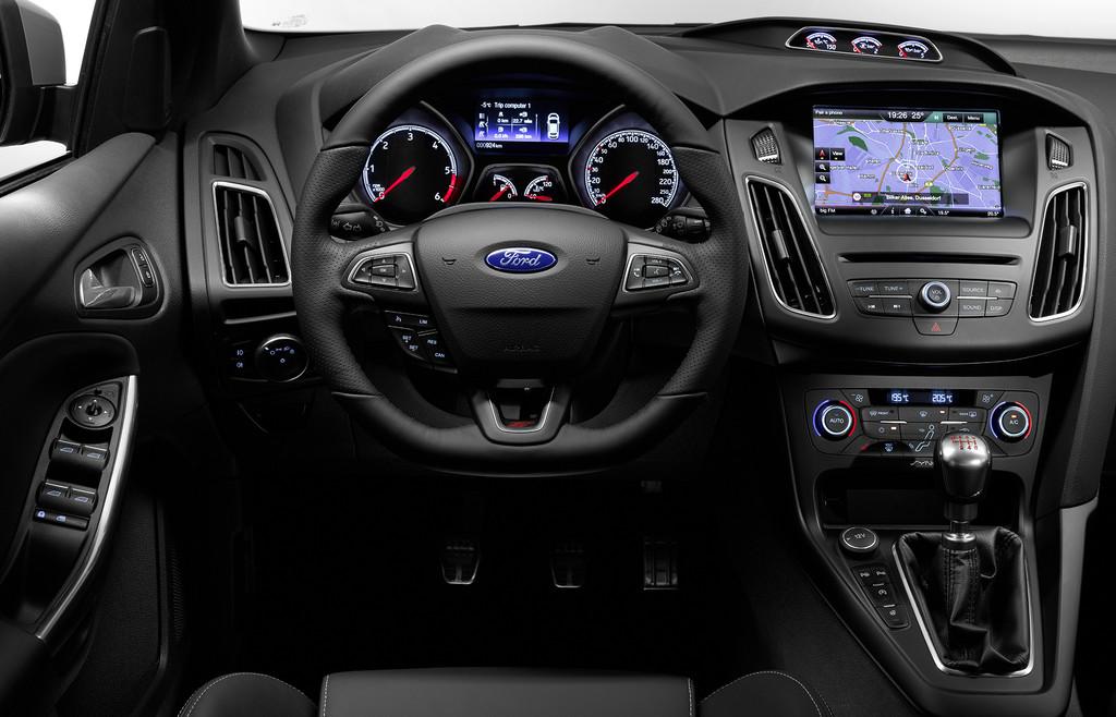 Blick in den Innenraum des überarbeiteten Ford Focus ST 2015