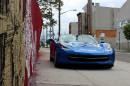 Standaufnahme von eine Chevrolet Corvette Stingray Convertible in blau