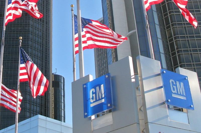 General Motors in Detroit mit US Fahnen