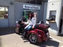 Frau sitzt auf eine Harley-Davidson Tri Glide Ultra