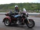 Frau fährt eine Harley-Davidson Tri Glide Ultra
