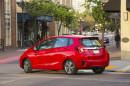 Roter Honda Jazz 2015 beim Einbiegen in der Straße