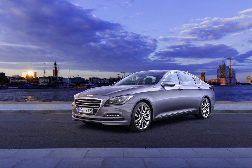 Fahraufnahme vom Oberklasse-Modell Hyundai Genesis