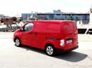 Roter Nissan e-NV200 als Kastenwagen in der Heckansicht