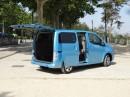 Die Schiebetür von der Seite des Elektrovans Nissan e-NV200 Tekna-Van