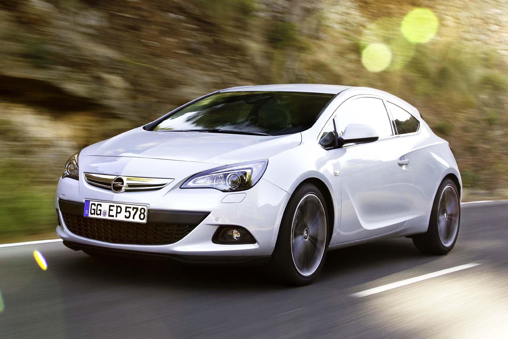 Fahraufnahme vom 2014er Opel Astra GTC in weiß