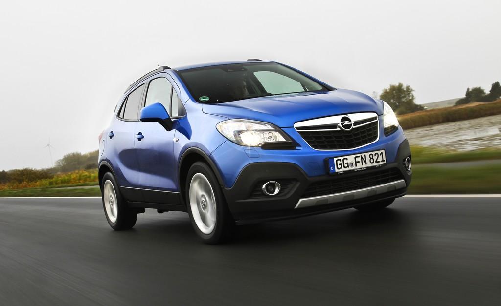 Fahraufnahme von einem blauen Opel Mokka