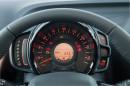 Die Instrumente des Peugeot 108 leuchten rot und orange