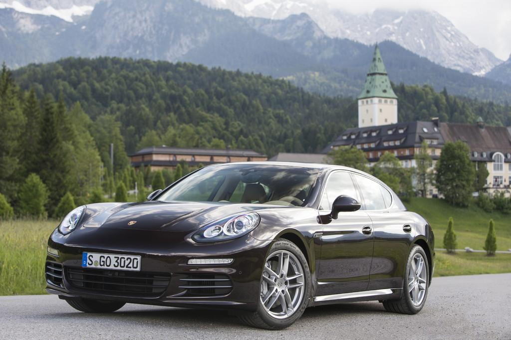 Standaufnahme von einem schwarzen Porsche Panamera 4S
