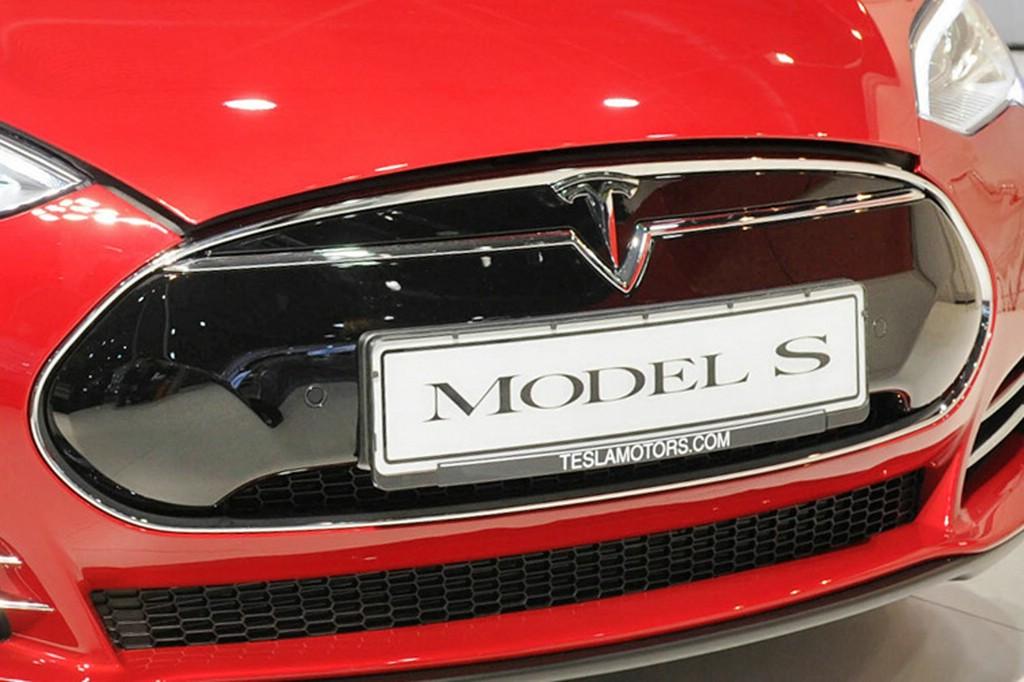 Der Kühlergrill eines roten Tesla Model S