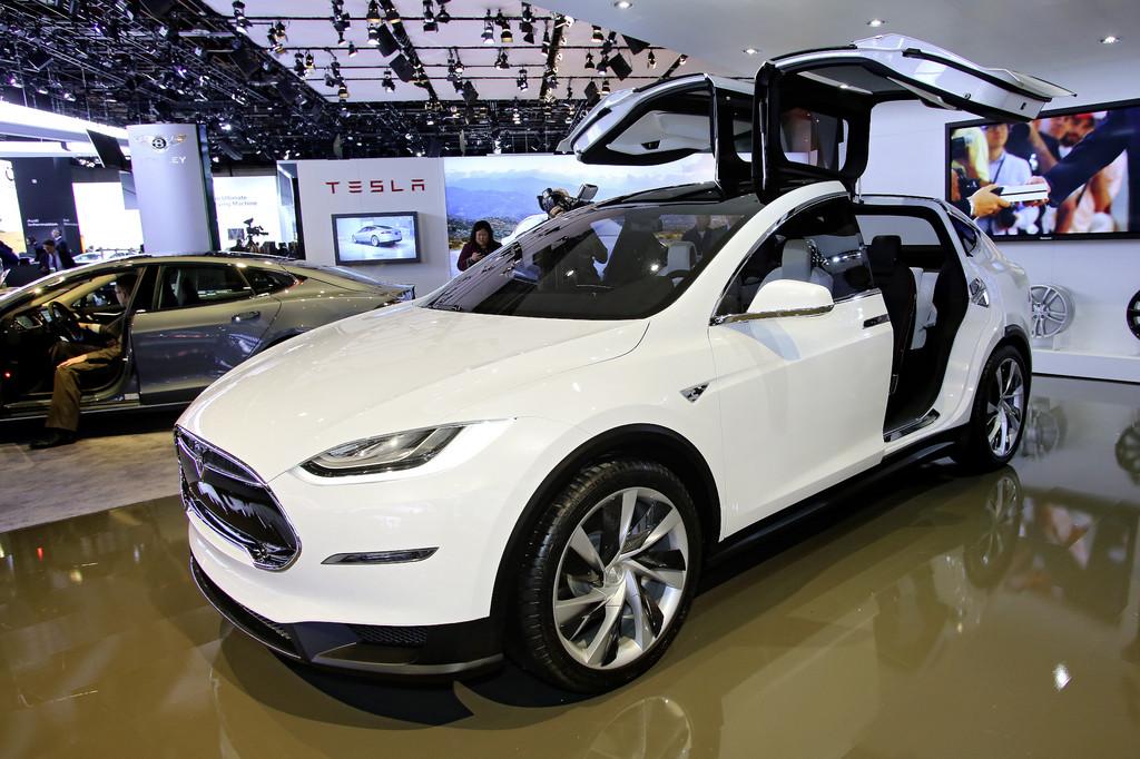 Der Tesla Model X in weiß auf einer Automesse