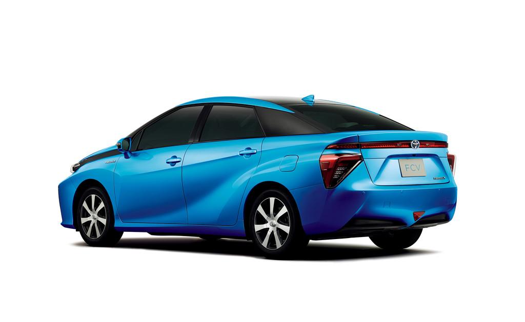 Blauer Toyota FCV in der Seiten- Heckansicht