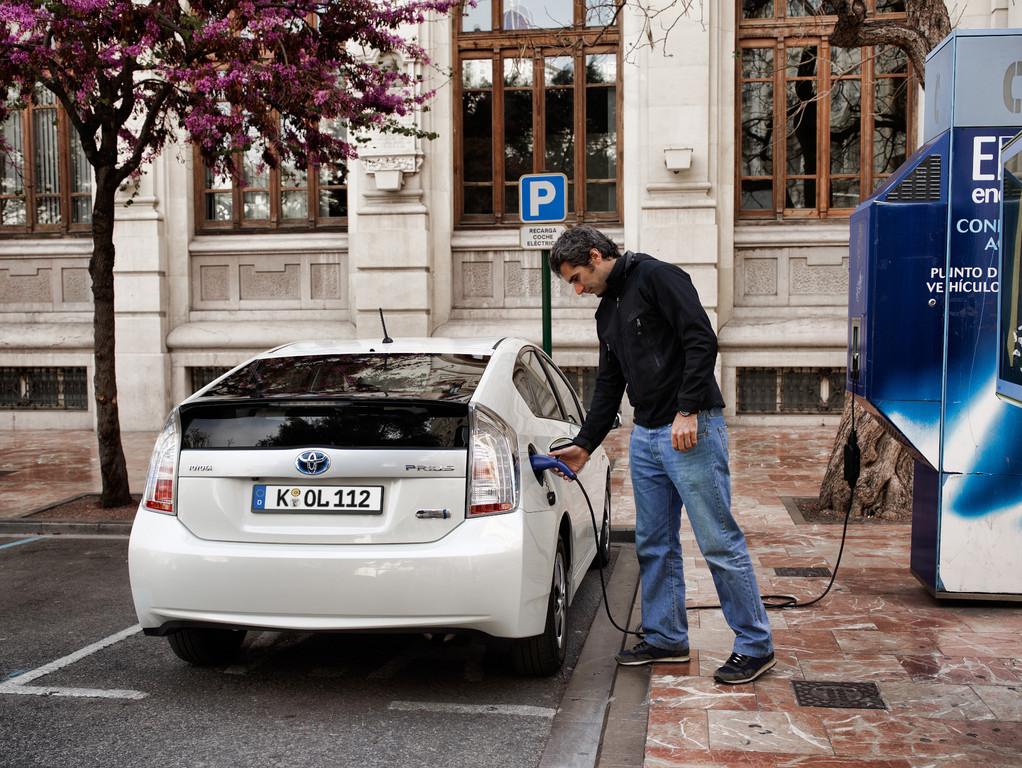 Toyota Prius Plug-in wird mit Strom betankt