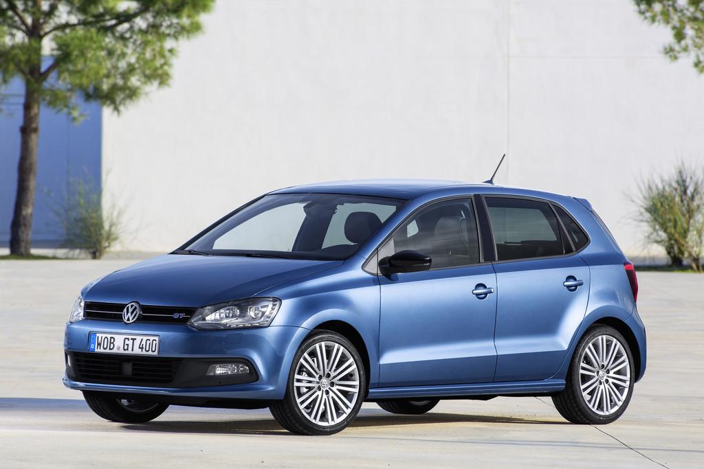 Blauer Volkswagen Polo Blue GT in der Front- Seitenansicht