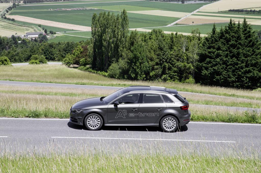 Fahraufnahme von einem Audi A3 E-tron Sportback in der Seitenansicht