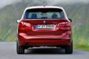 Roter BMW 218d Sport Line in der Heckansicht