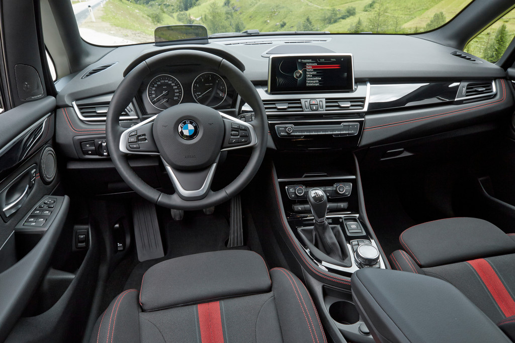 Der Innenraum des BMW 218d Sport Line mit rot/schwarzen Sitzen