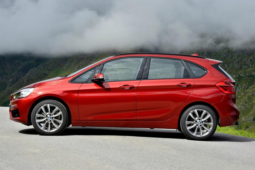 Die Seitenpartie eines roten BMW 218d Sport Line