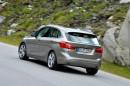 BMW 225i Luxury Line in Grau von hinten, Fahraufnahme
