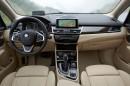 Der Innenraum des BMW 225i Luxury Line mit Ledersitzen