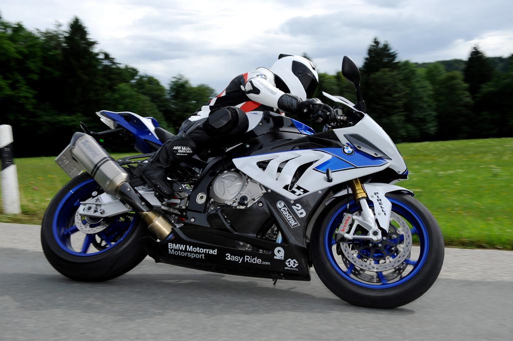 BMW Motorrad HP4 beim Fahren