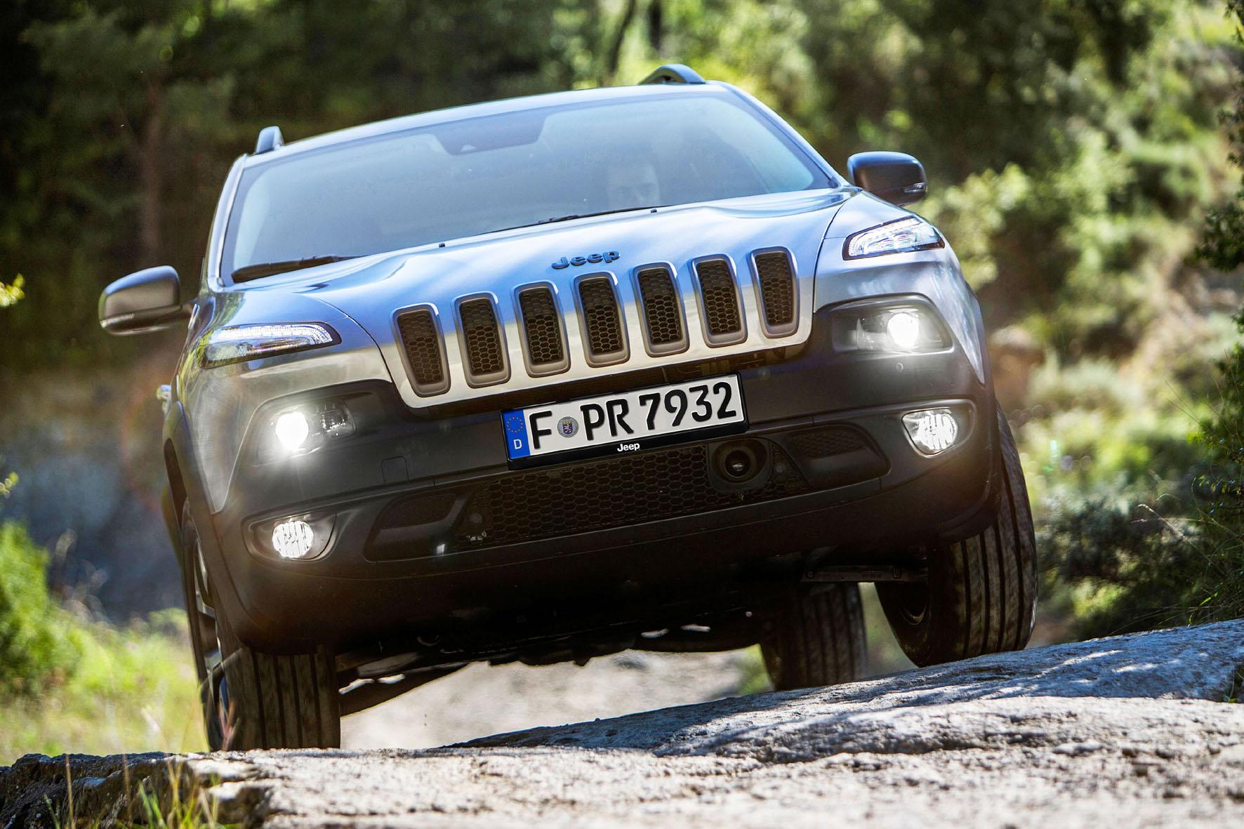 Der aktuelle Jeep Cherokee in schwarz in der Frontansicht